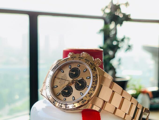 The rose gold version Daytona looks mild and noble.