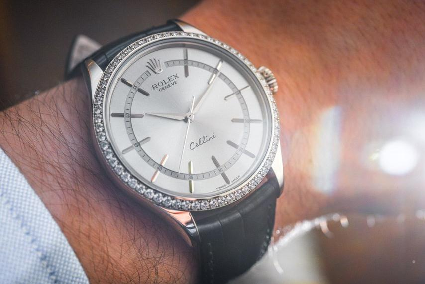 The silvery dials replica watches have black straps.